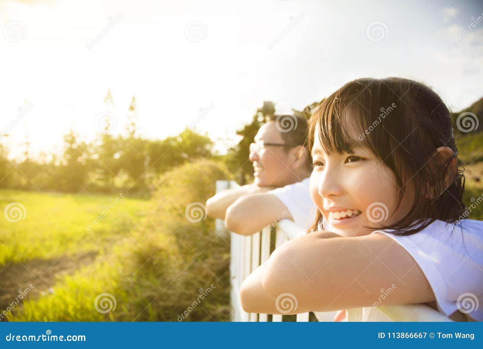 De vader met dochter geniet van de mening