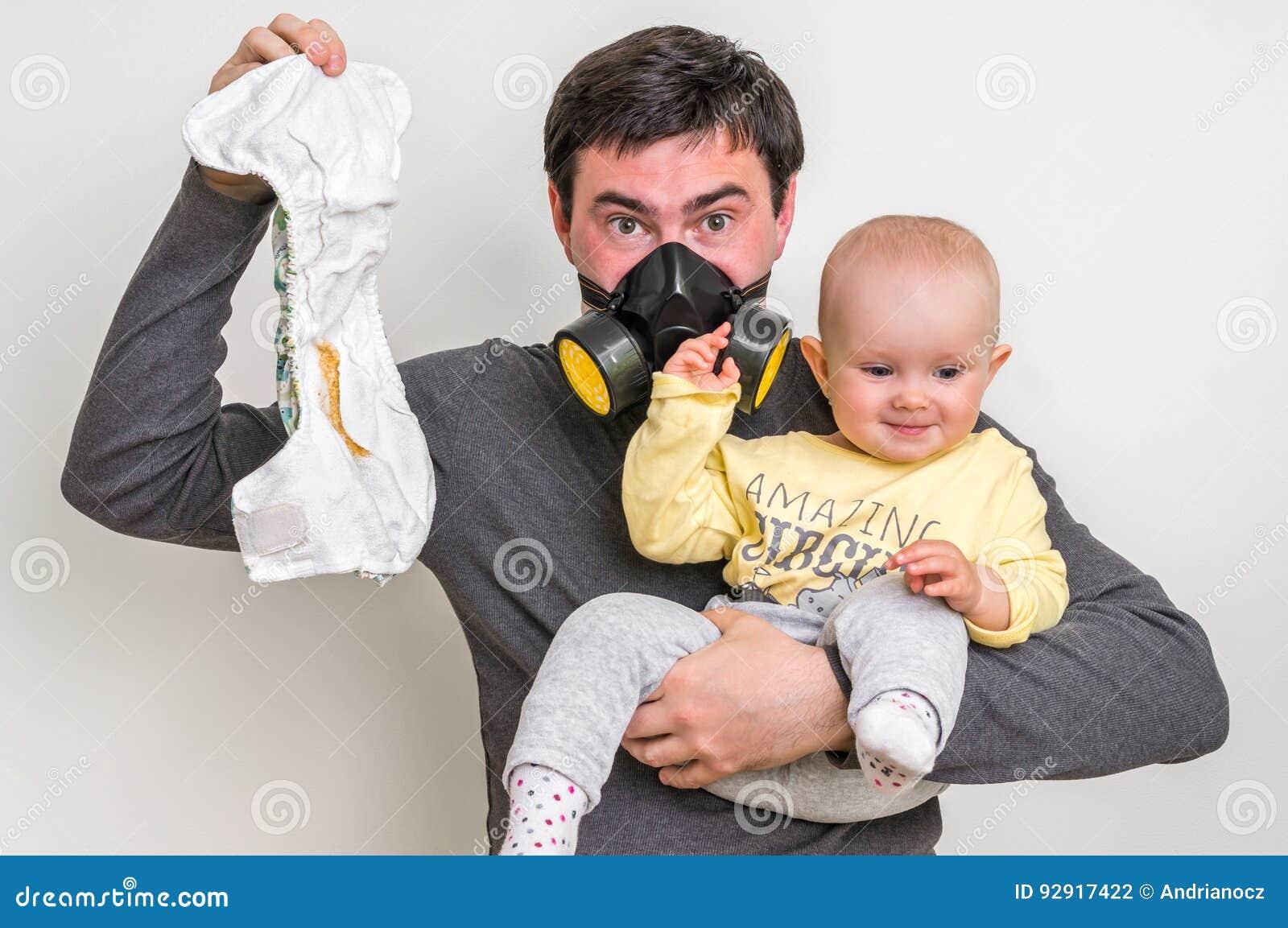 Download De Vader Met Gasmasker Houdt Vuile Luier En Weinig Baby Stock Foto - Afbeelding bestaande uit changing, papa: 92917422