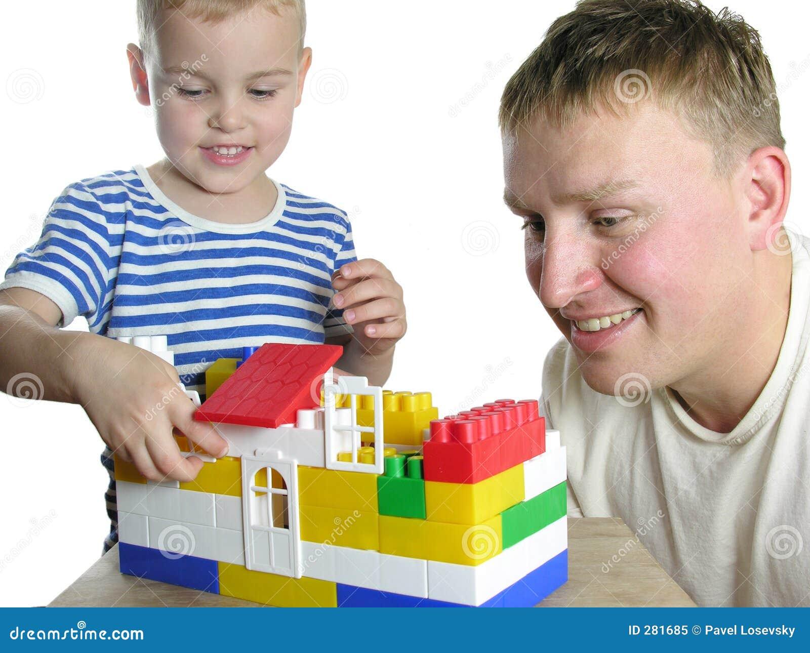 De vader met zoon bouwt huis