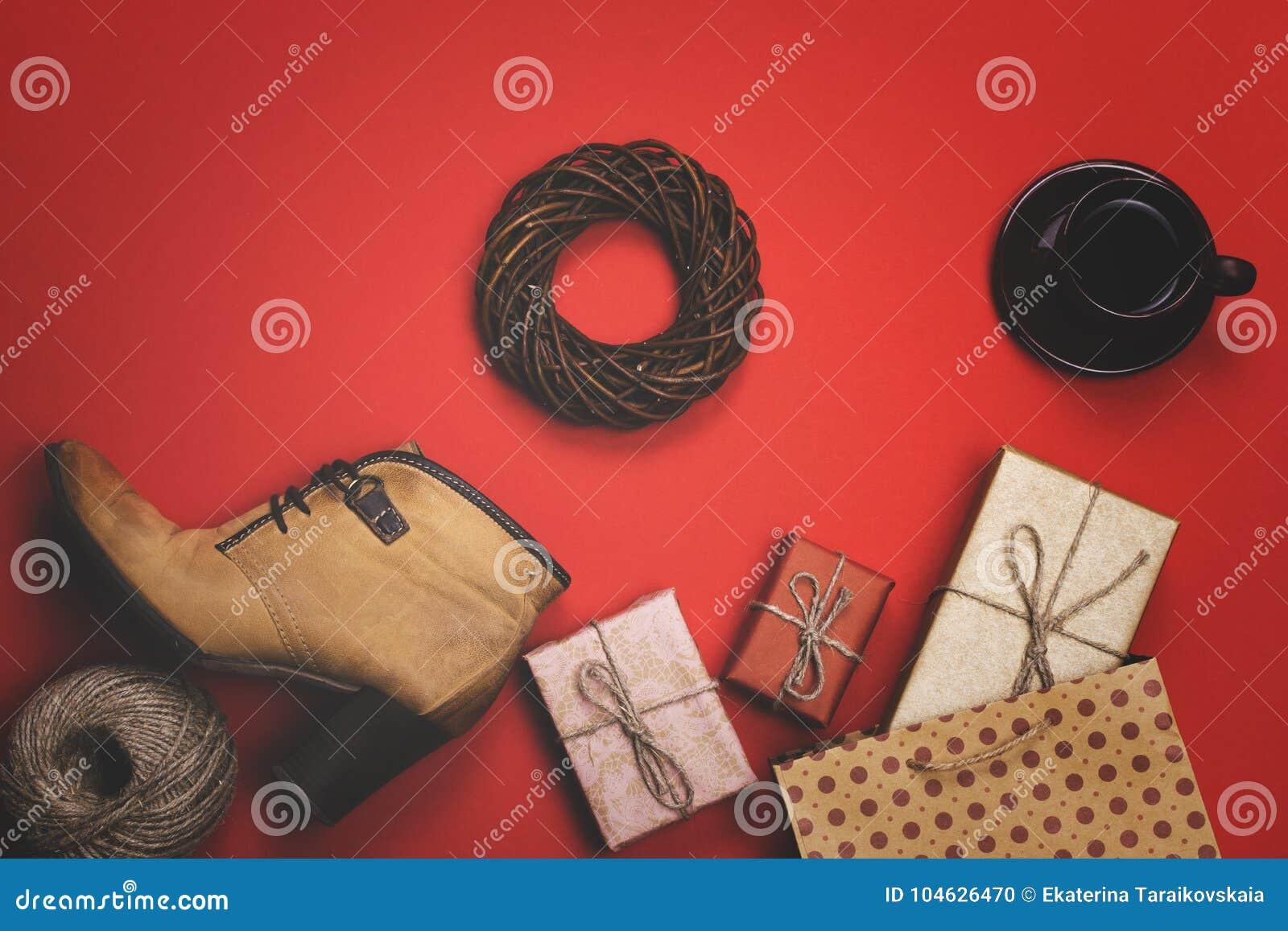 Download De Vakantiegiften Op Een Rode Achtergrond, Het Concept Zwarte Vrijdag, Verkoop Stock Foto - Afbeelding bestaande uit dagelijks, samenvatting: 104626470