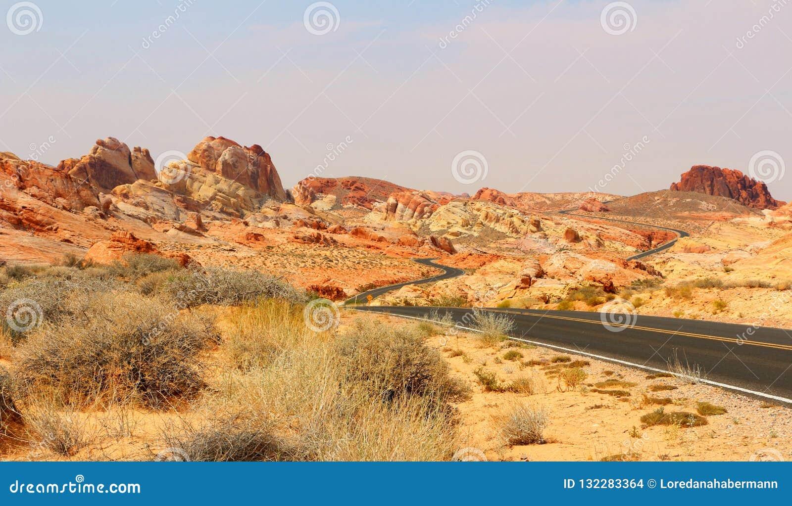 De vallei van het Park van de Brandstaat kenmerkt spectaculaire rood-zandsteenspitsen, bogen en andere rotsvormingen Vallei van h