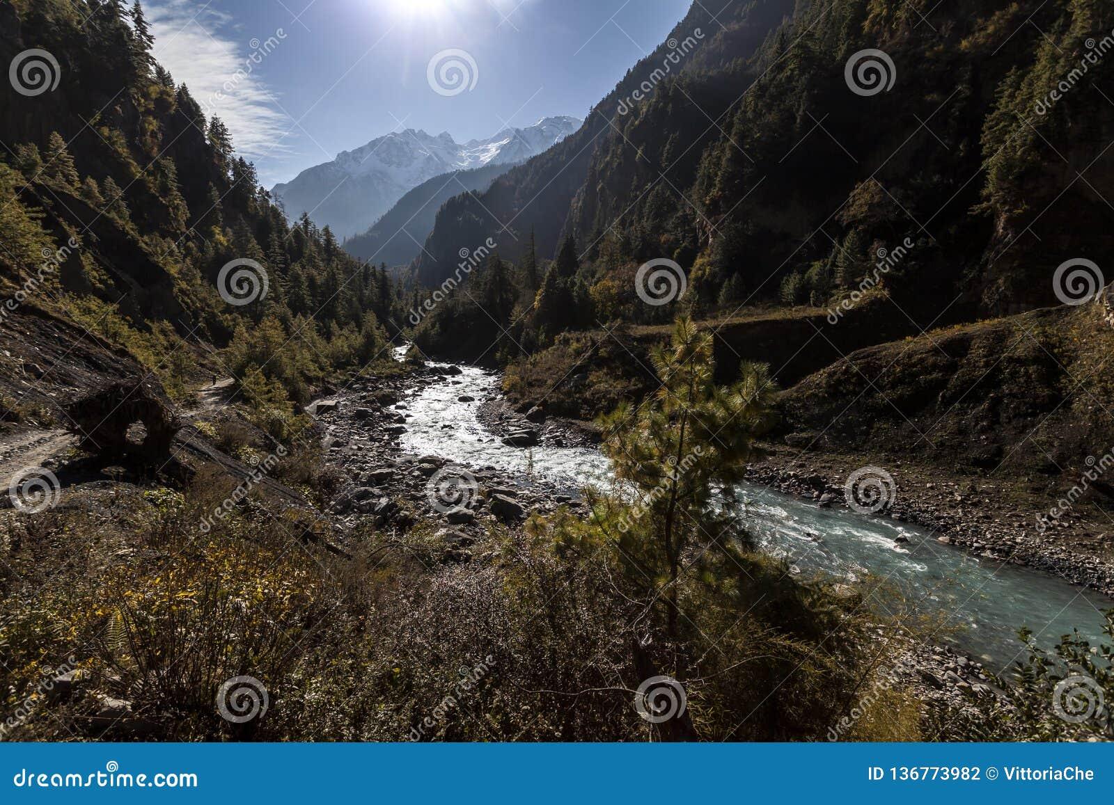 De vallei van de Marsyangdirivier in Himalayagebergte, Nepal, Annapurna-behoudsgebied
