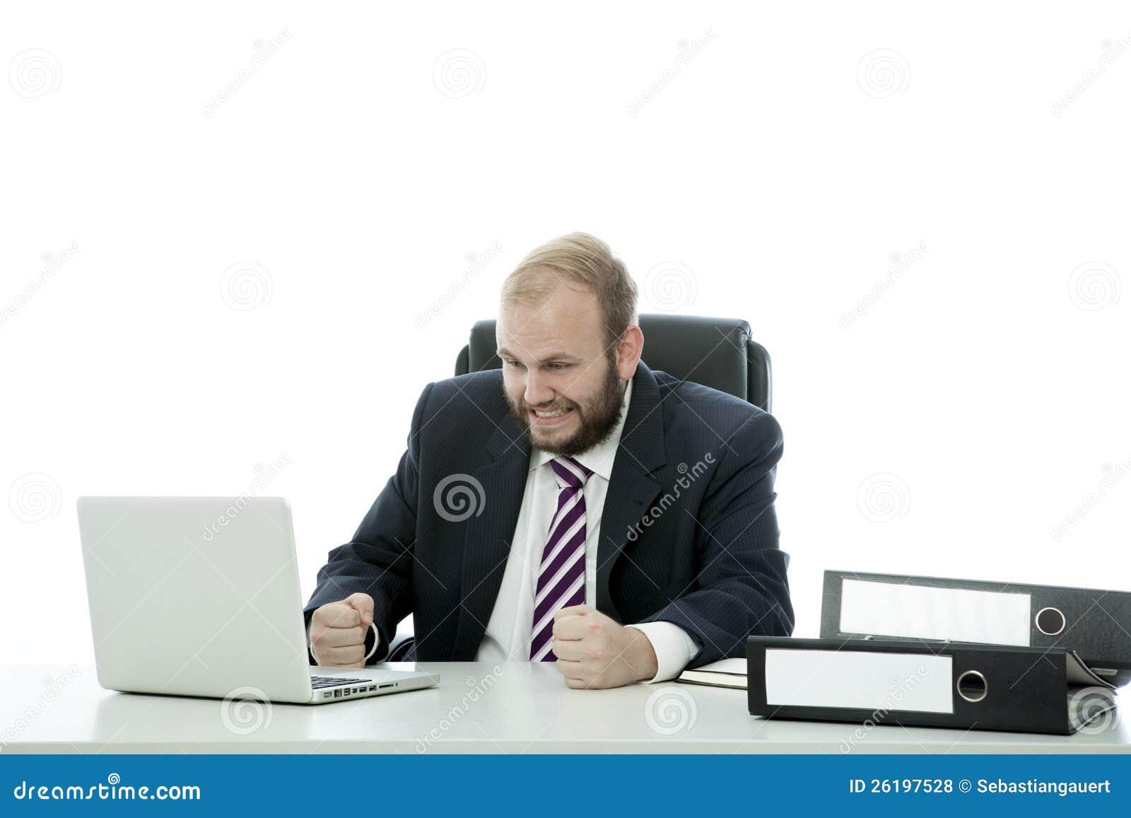 De van de bedrijfs baard mens is gefrustreerd bij bureau