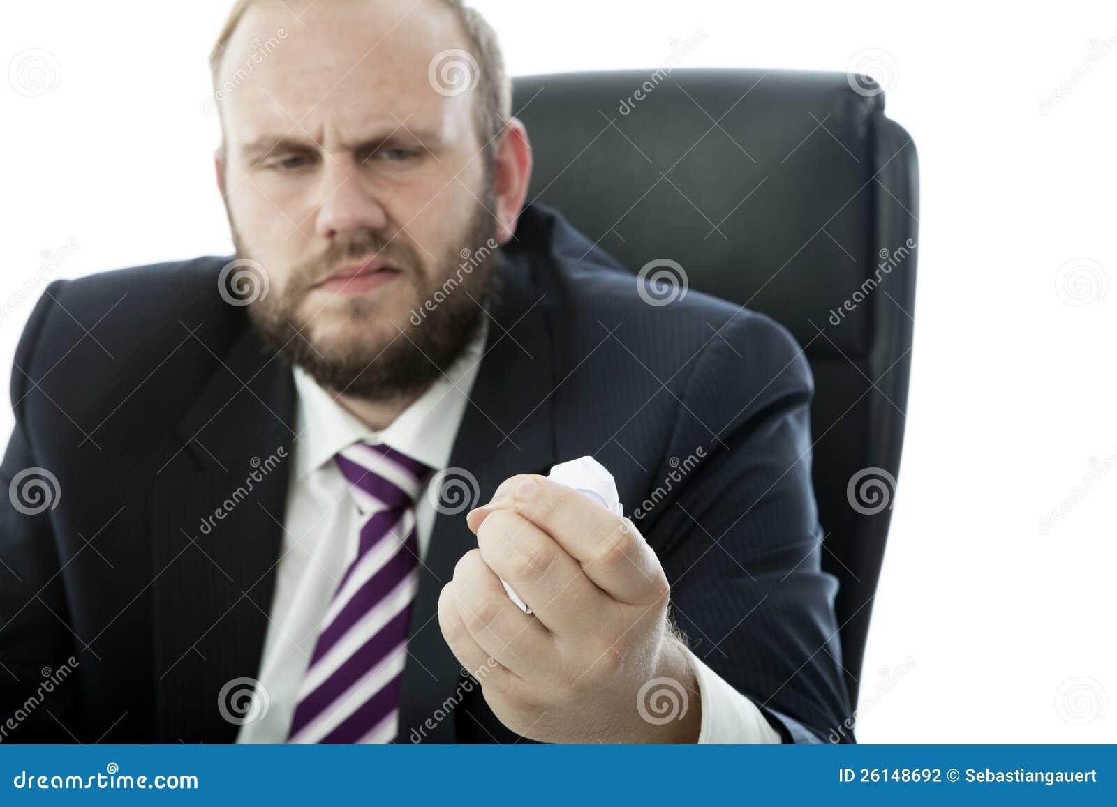 De van de bedrijfs baard mens verfrommelt blad van document
