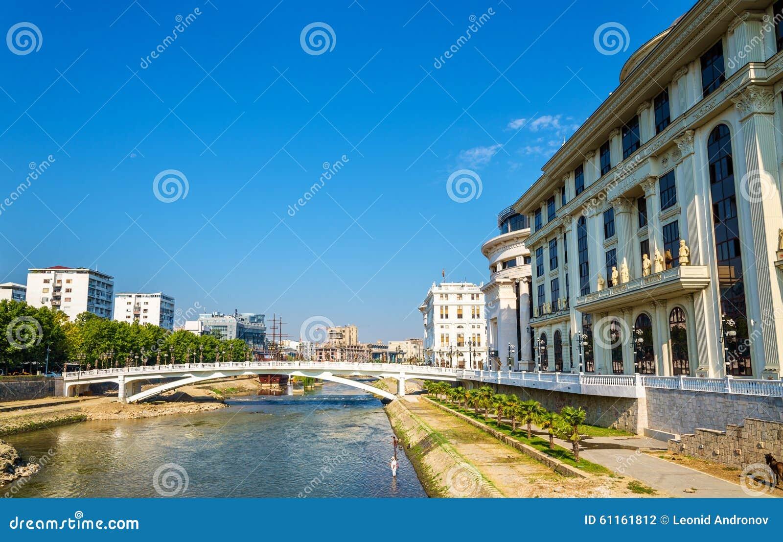 De Vardar-rivier dichtbij Ministerie van Buitenlandse zaken