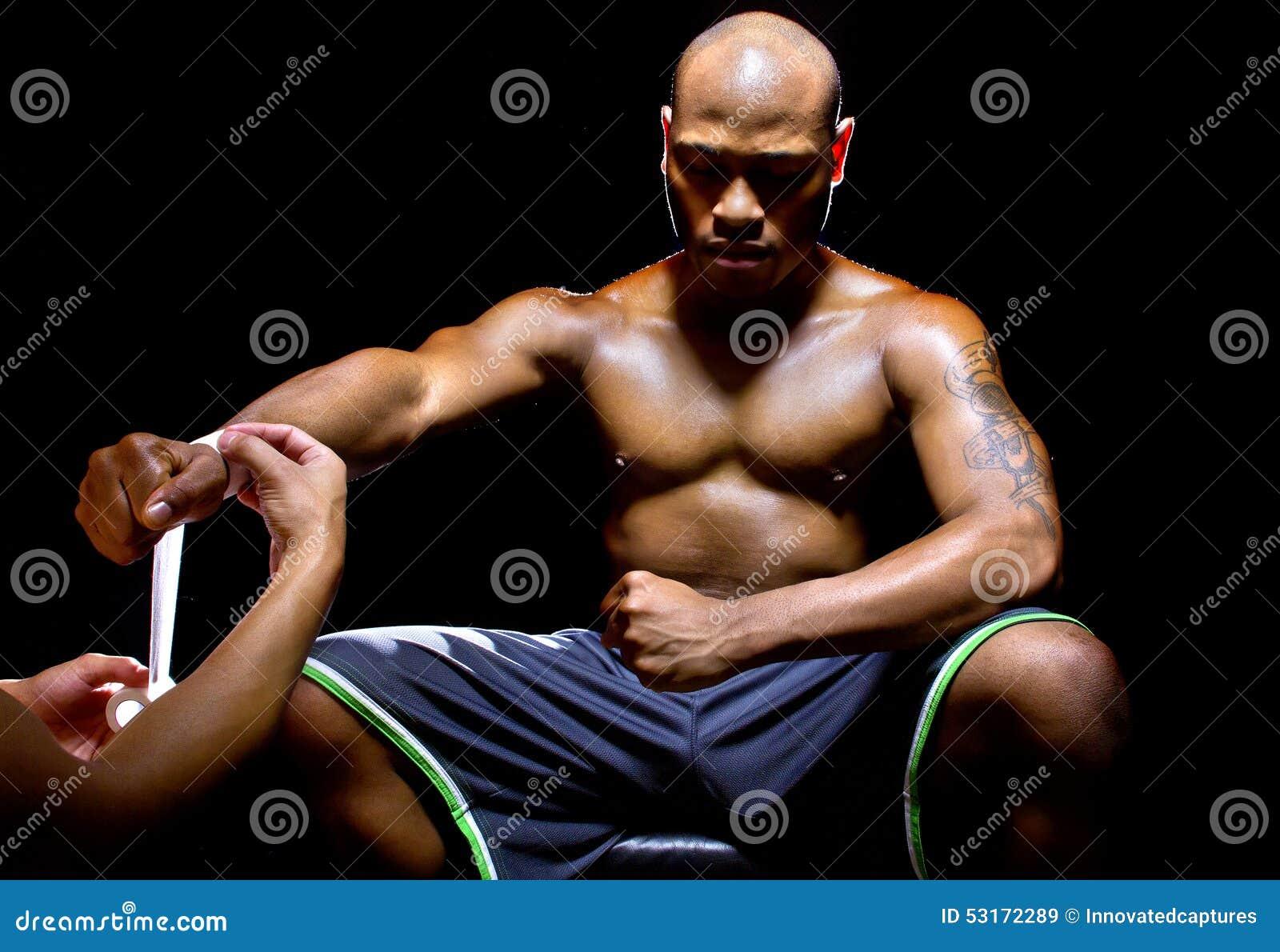 De Vechter of de Bokser van MMA met Trainer Applying Athletic Tape