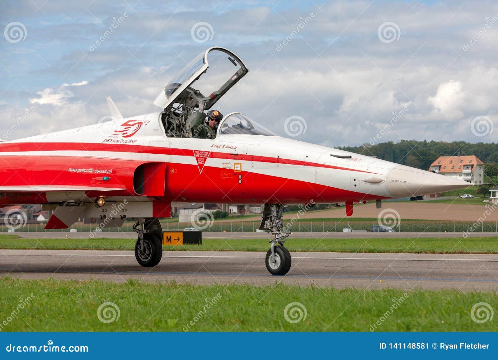 De de vechtersvliegtuigen van Northrop F-5E van de Zwitserse Luchtmachtvorming tonen team Patrouille Suisse