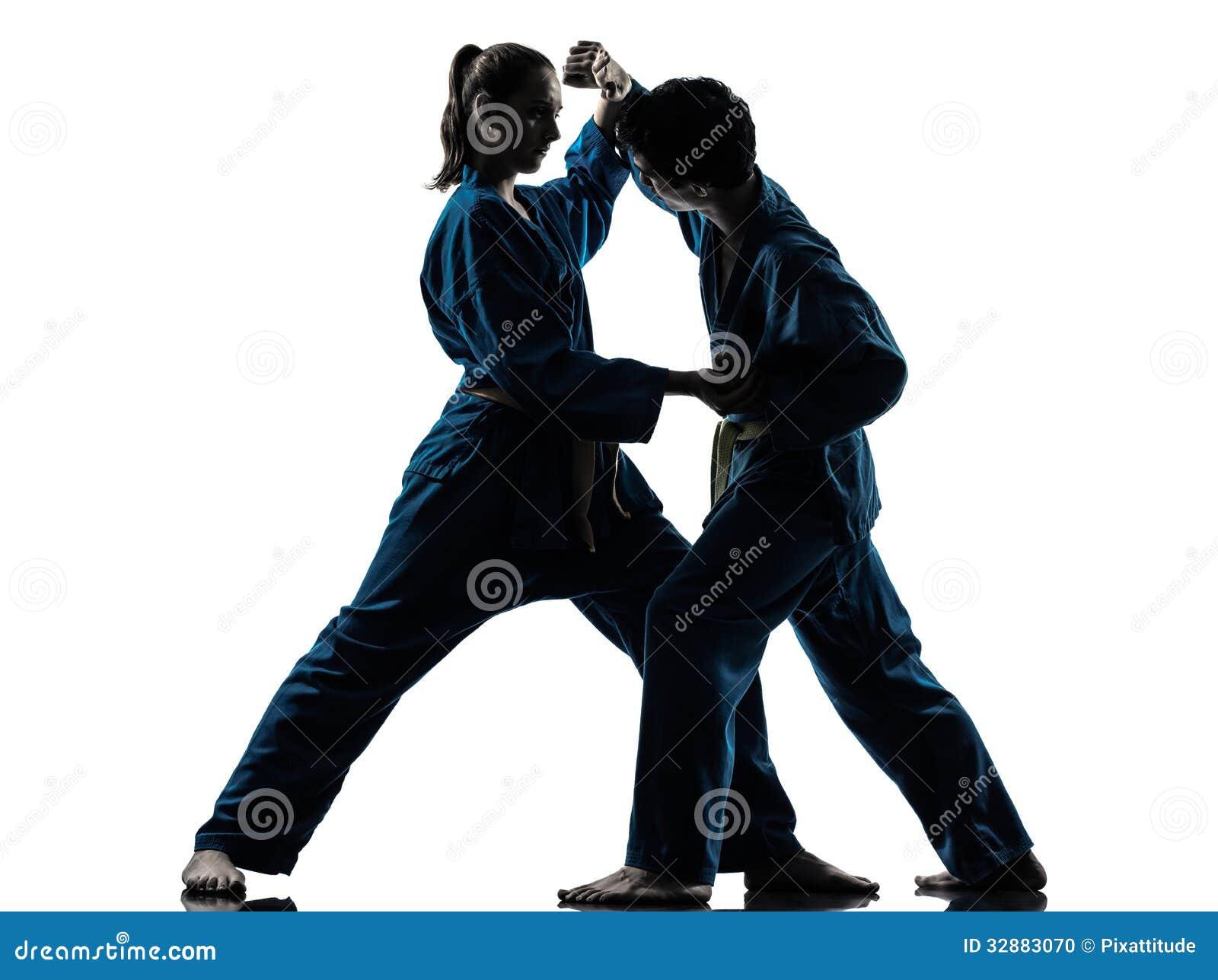 De vechtsportenman van karatevietvodao het silhouet van het vrouwenpaar