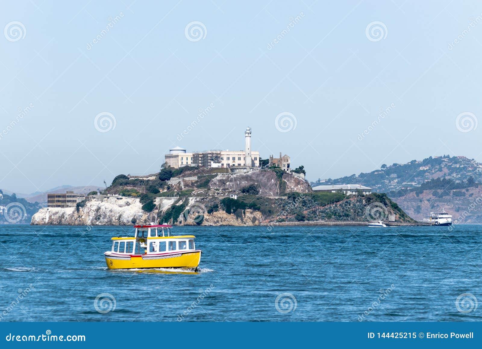 De veerboten die van reisboten het beroemde Gevangeniseiland Alcatraz omringen