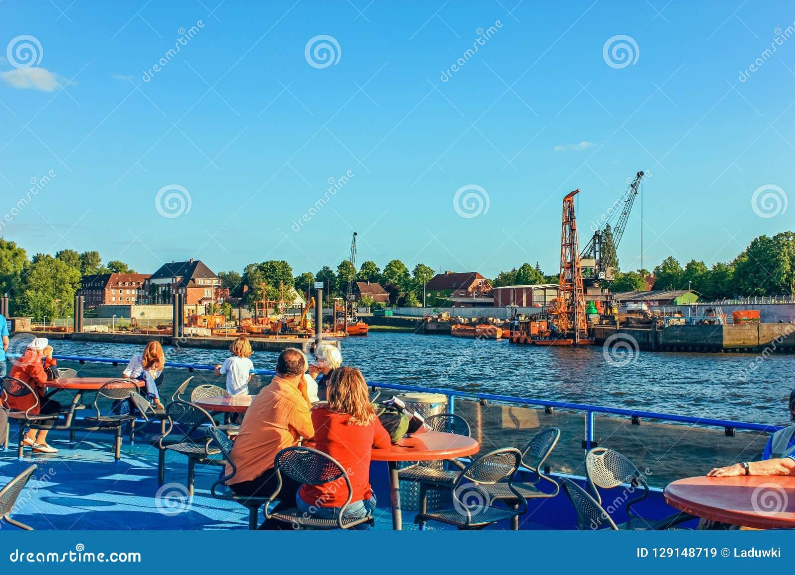 De veerboten van het rivier openbare vervoer en de bussen van de passagiersrivier op routes op de Elbe Rivier Hamburg Duitsland