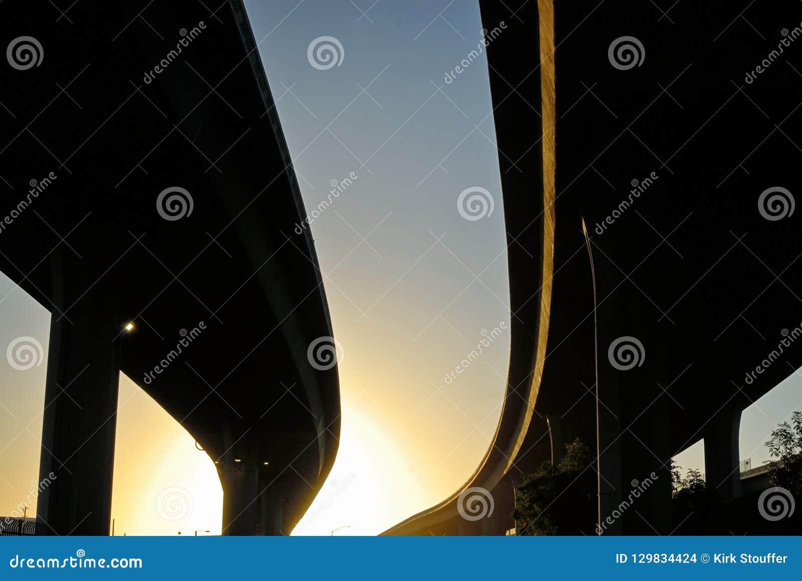 De vegende stotende silhouetten van snelweguitwisselingen