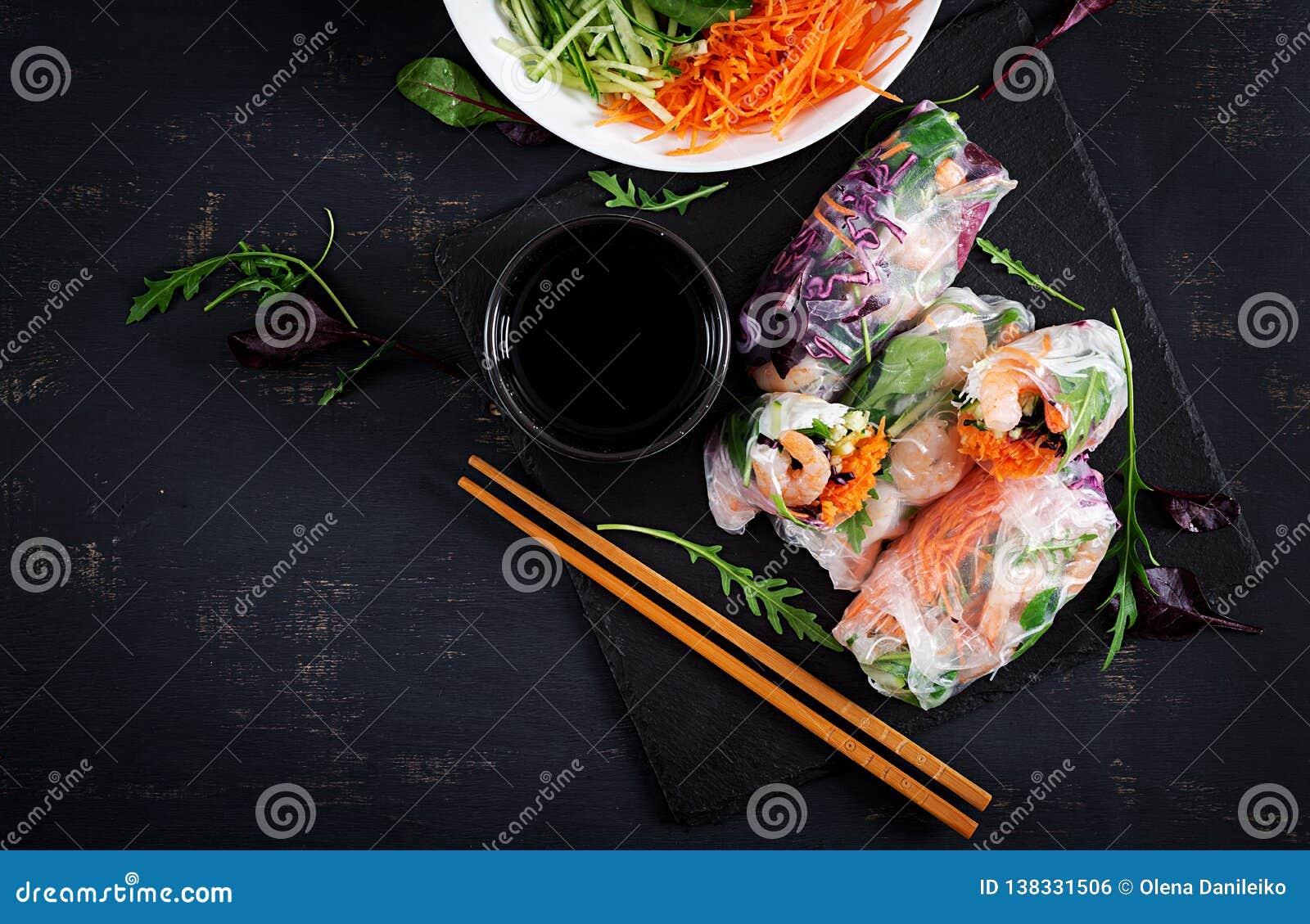 De vegetarische Vietnamese lente rolt met kruidige garnalen, garnalen, wortel, komkommer