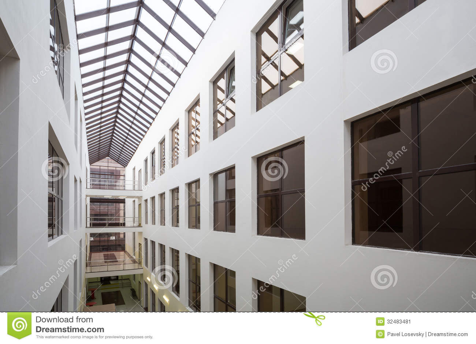 De vensters van bureaus in modern mooi commercieel centrum smirnovsky redactionele foto - Ontwerp leuning ...