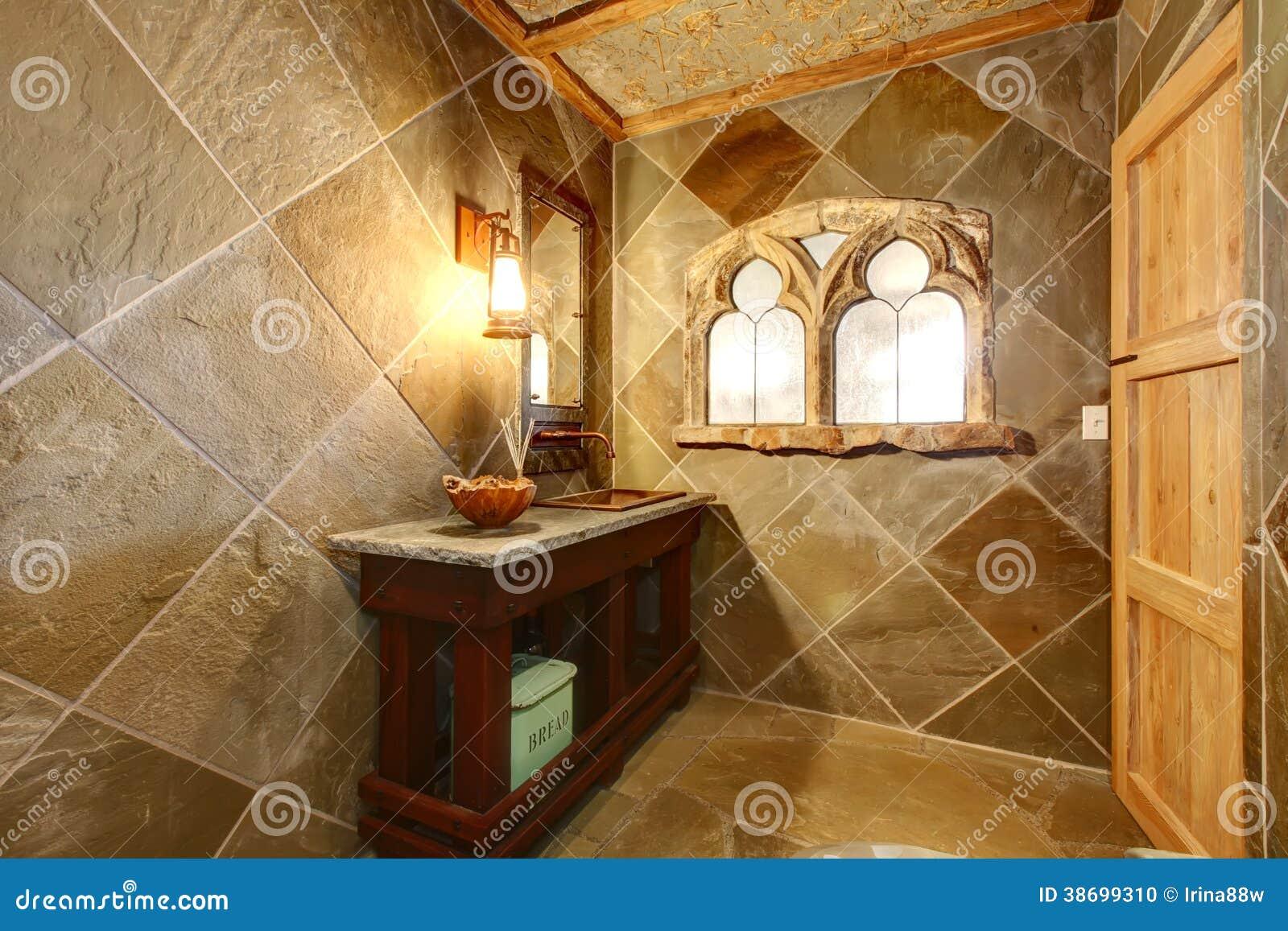 De verbazende badkamers van de kasteelstijl met een boogvenster stock foto afbeelding 38699310 - Winkelruimte met een badkamer ...