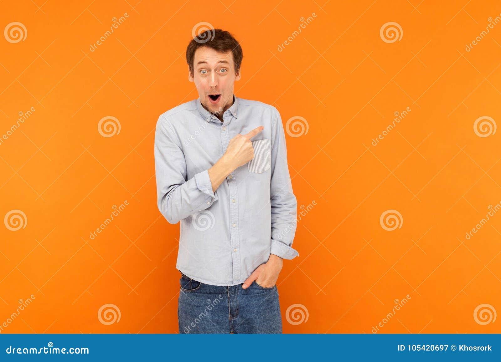De verbazingmens die vinger richten op exemplaar ruimte, open mond en kijkt
