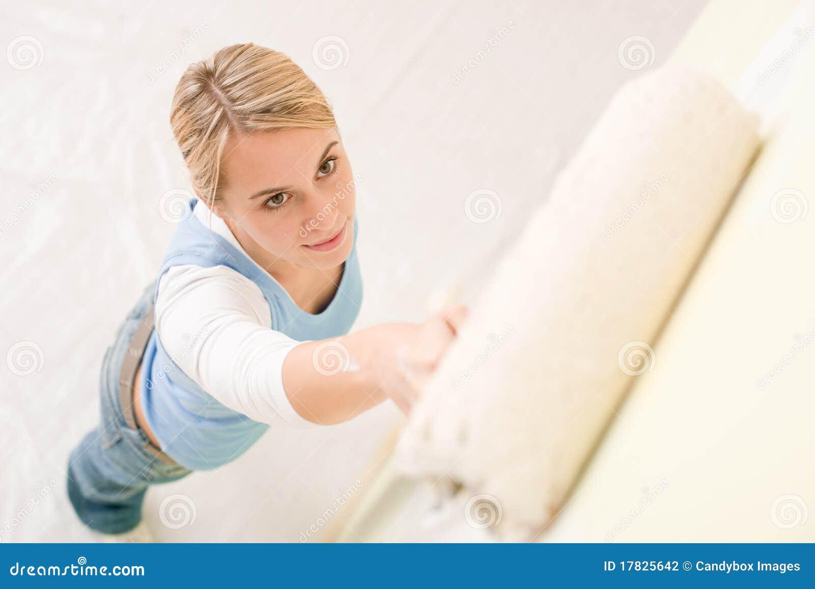 De verbetering van het huis - handywoman het schilderen muur