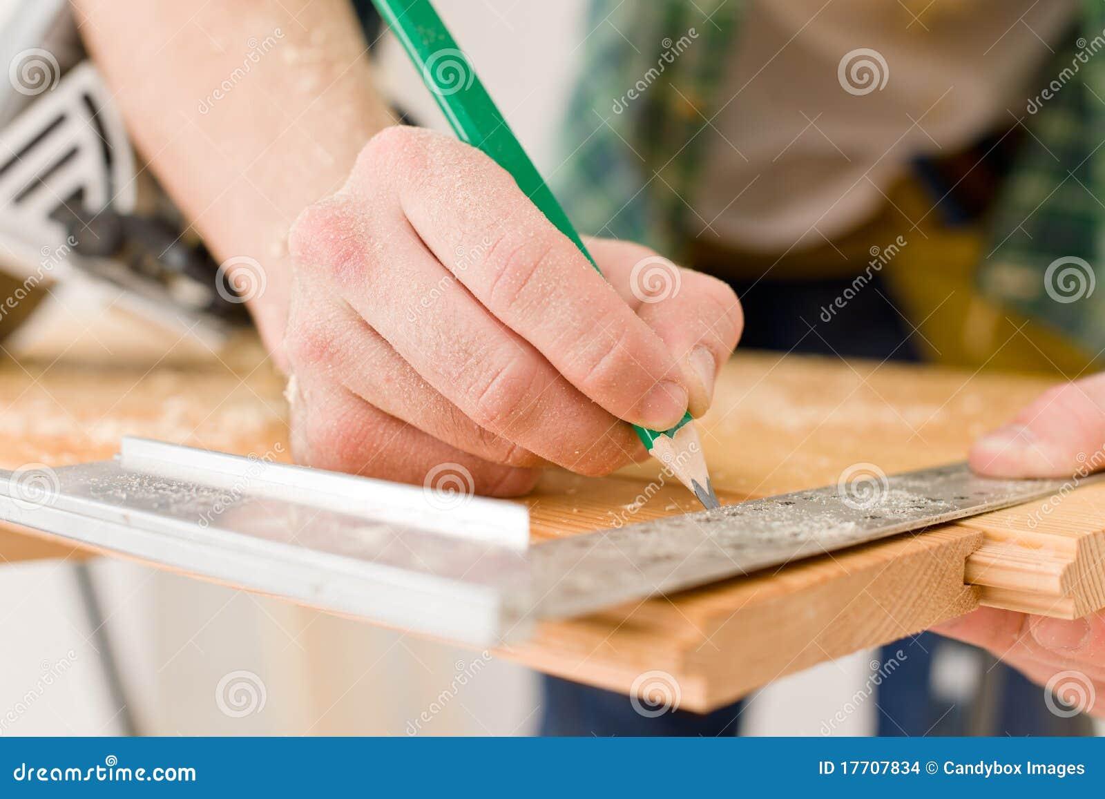 De verbetering van het huis - het manusje van alles bereidt houten vloer voor