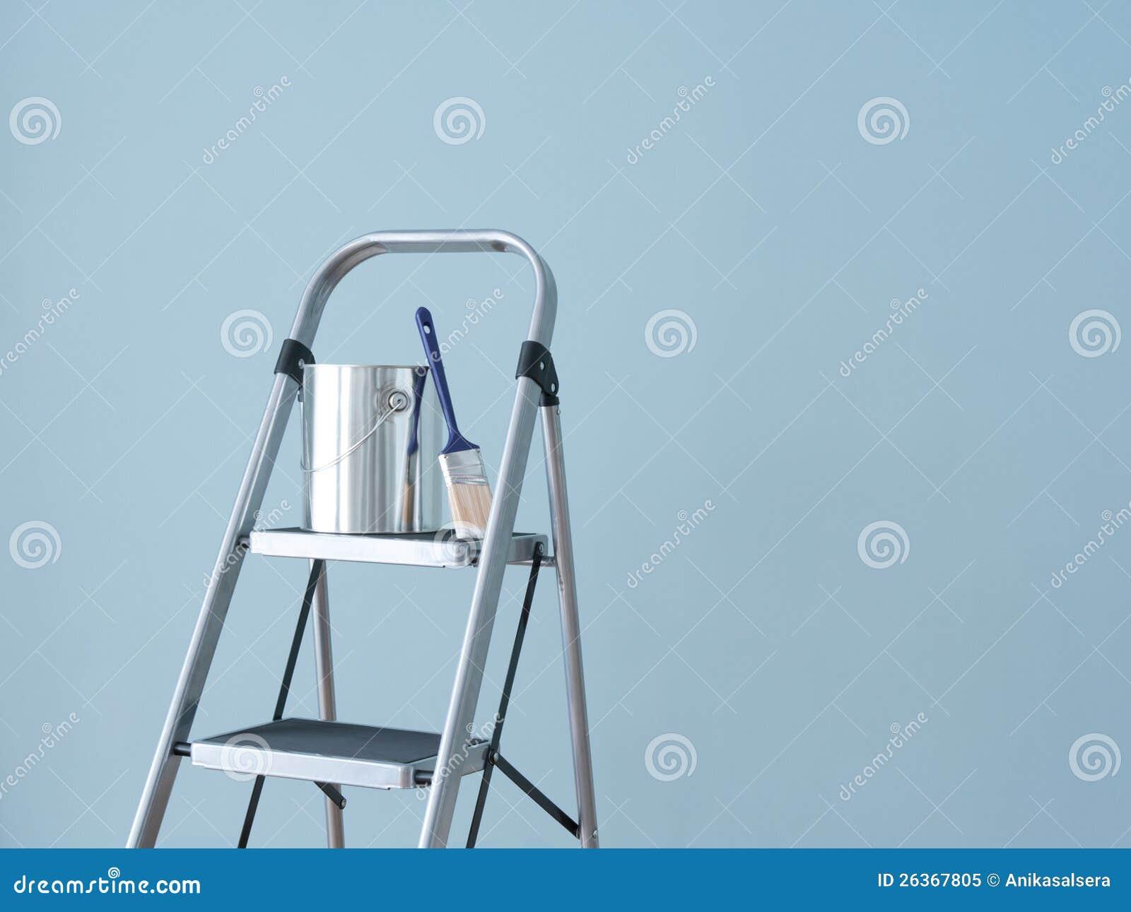 De verbetering van het huis. Het voorbereidingen treffen om de muur te schilderen.