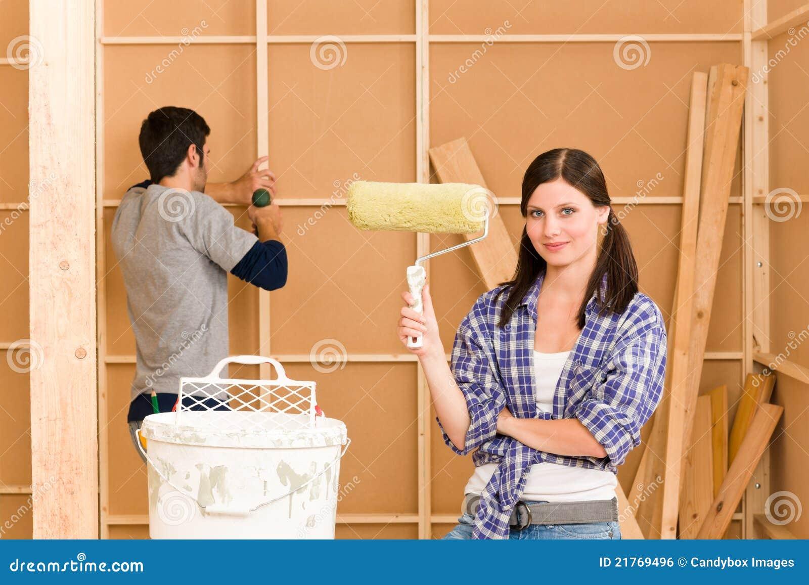 De verbetering van het huis: jong paar dat nieuw huis bevestigt