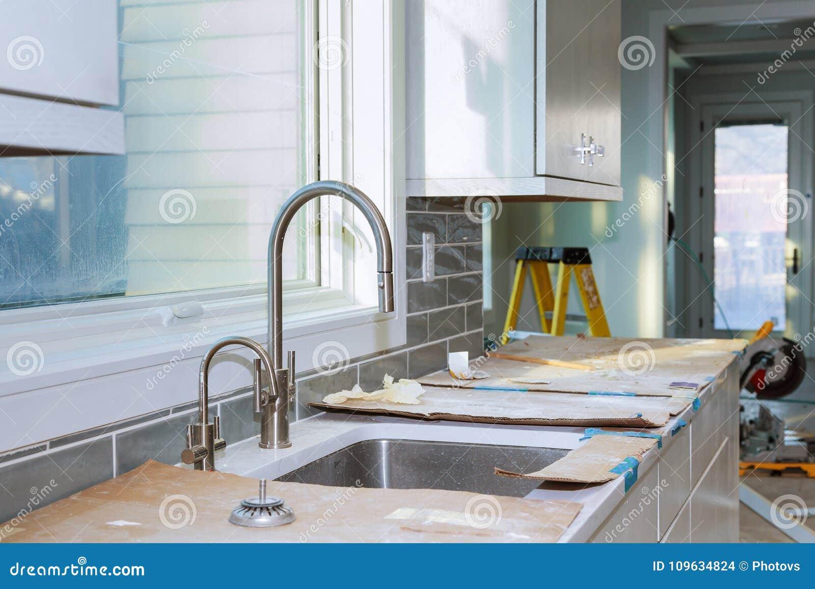 De Verbetering van de keukenkasteninstallatie remodelleert worm& x27; s mening in een nieuwe keuken wordt geïnstalleerd die