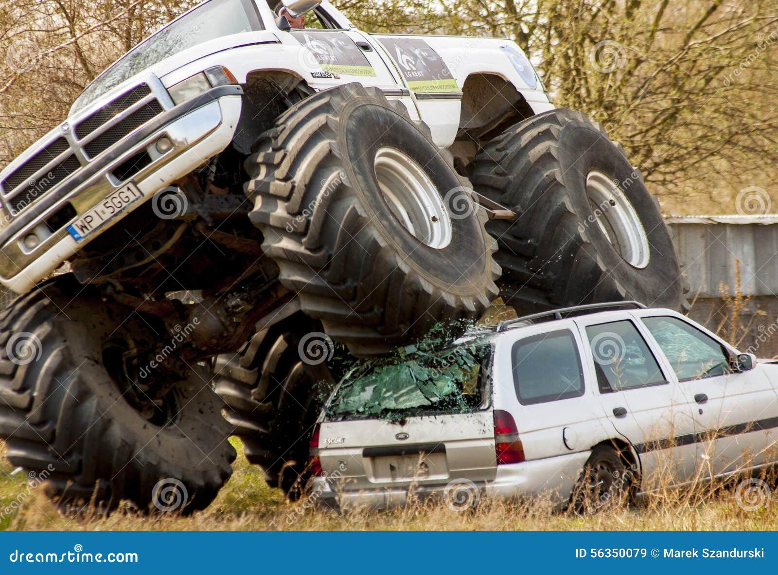 De verbrijzeling van de monstervrachtwagen aan oude auto tijdens Motoshow in Polen