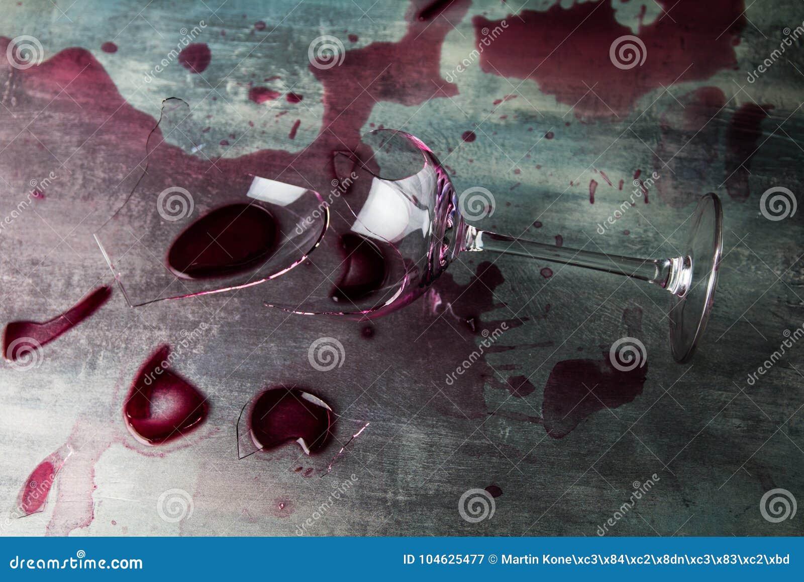 Download De Verbrijzeling Van Het Wijnglas Stock Afbeelding - Afbeelding bestaande uit onderbreking, verpletterd: 104625477