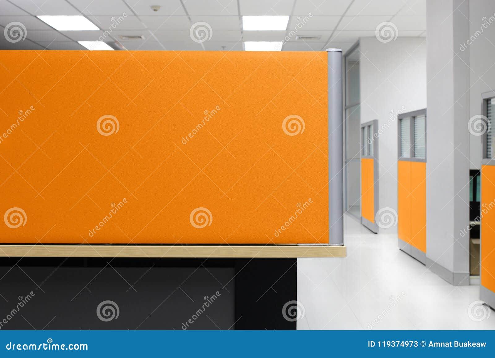 De verdeling, Oranje het Bureaucel van de Verdelings Lege muur, verdeelt Vierzijdige Bureauachtergrond