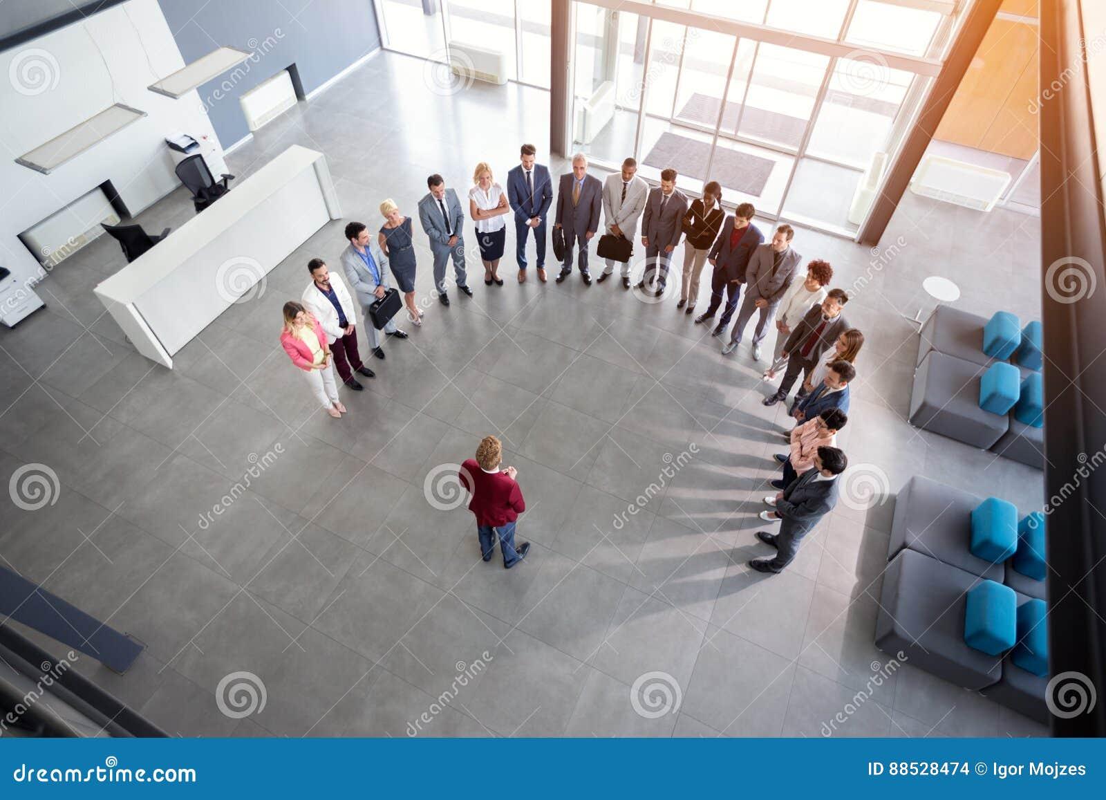 De vergadering van de zakenmangreep met werknemers