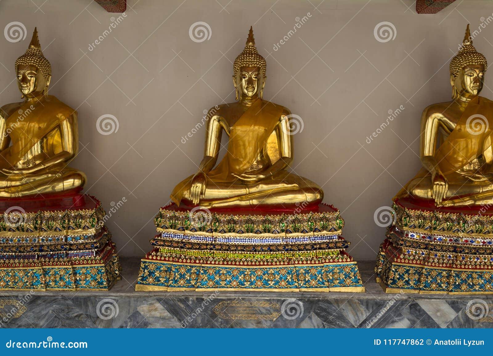 De vergulde standbeelden van Boedha in Wat Pho Temple van het Doen leunen Buddh