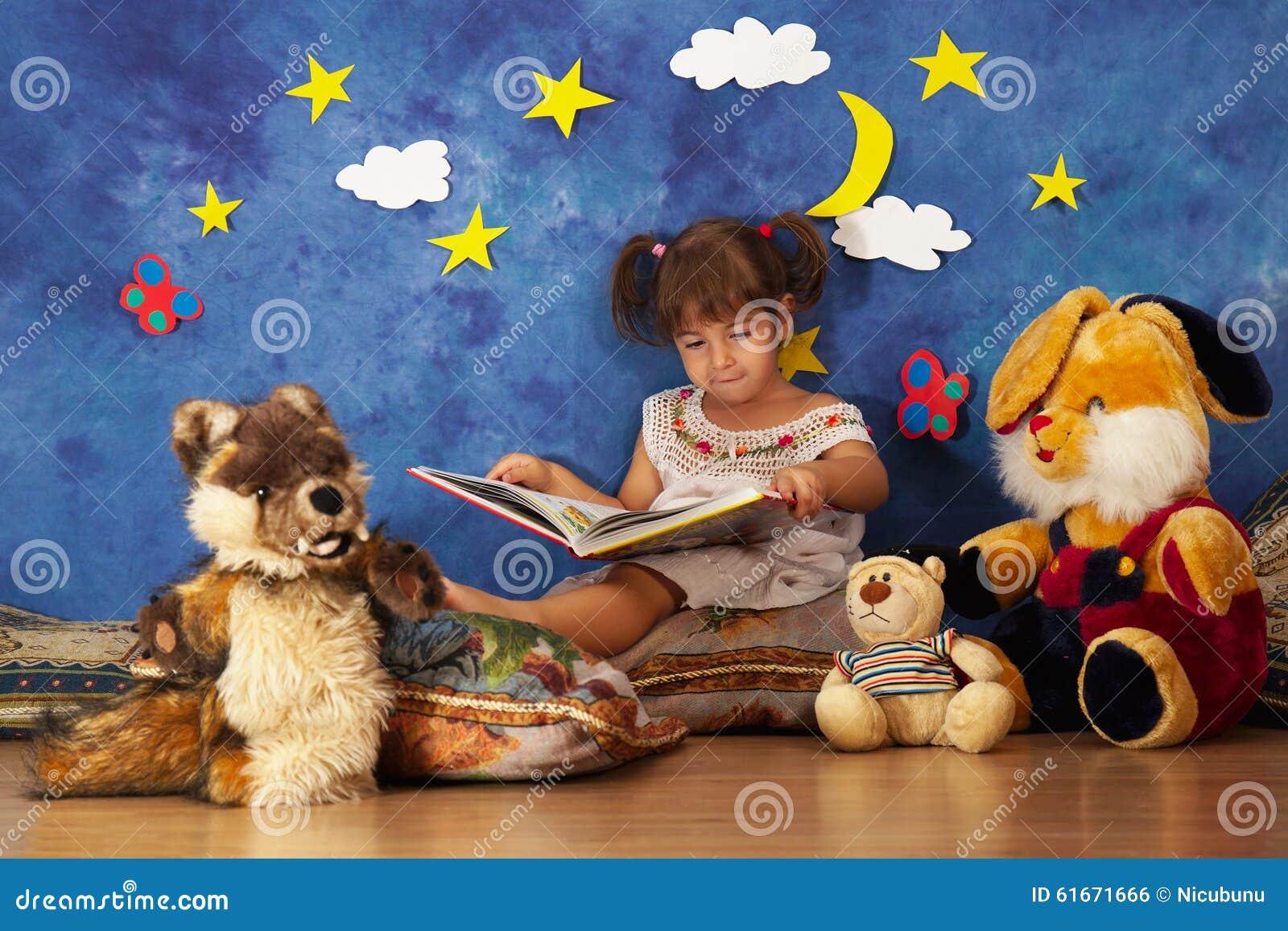 De verhalen van de meisjelezing aan haar gevulde stuk speelgoed vrienden