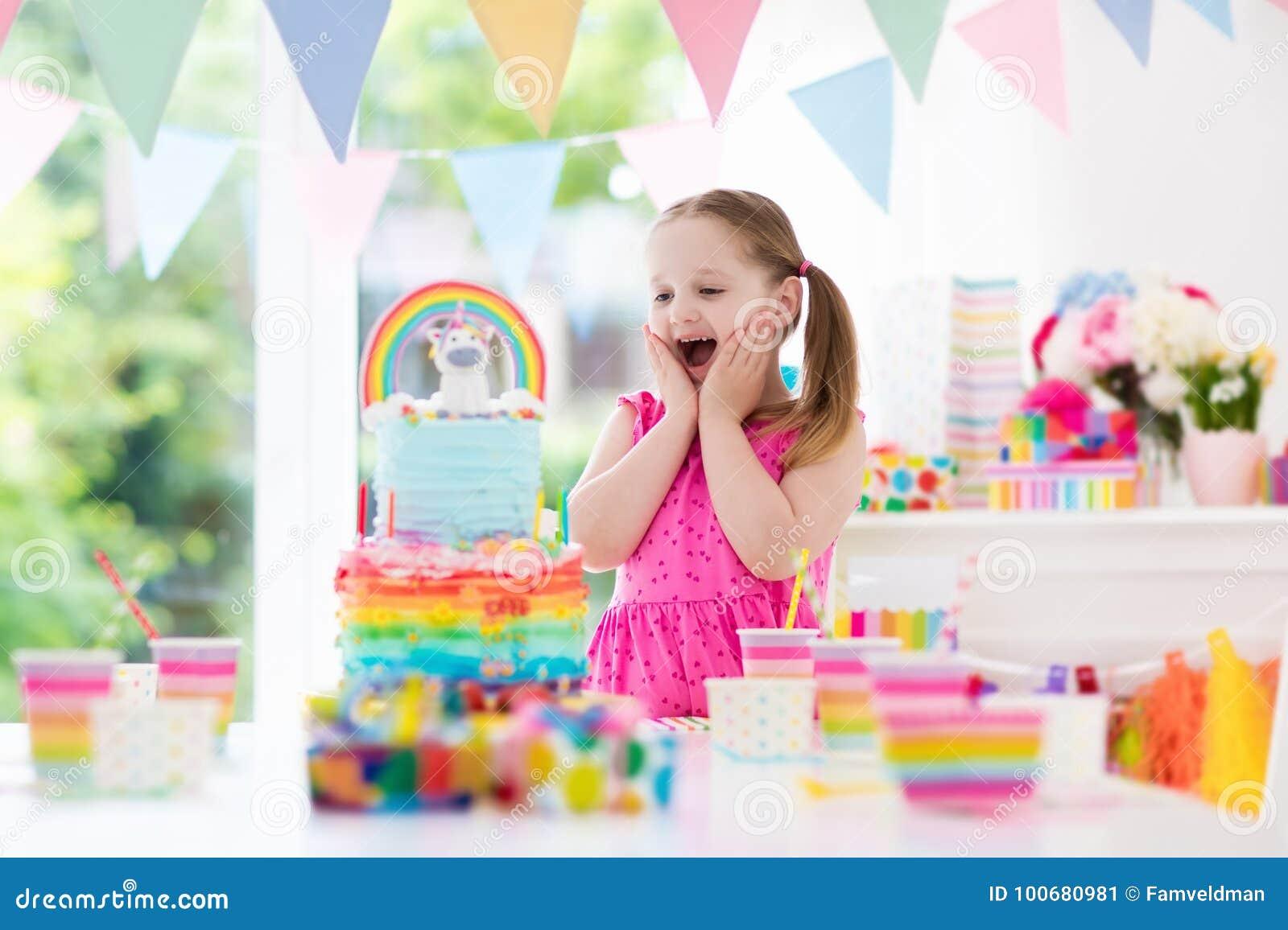 De verjaardagspartij van jonge geitjes Meisje met cake