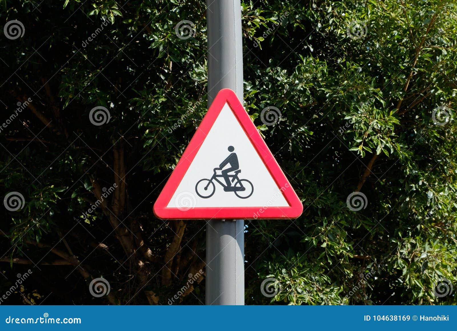 Download De Verkeersteken Van Het Fietssymbool - Voorzichtigheid, Fietsers Roadsign Stock Afbeelding - Afbeelding bestaande uit grafisch, cyclus: 104638169