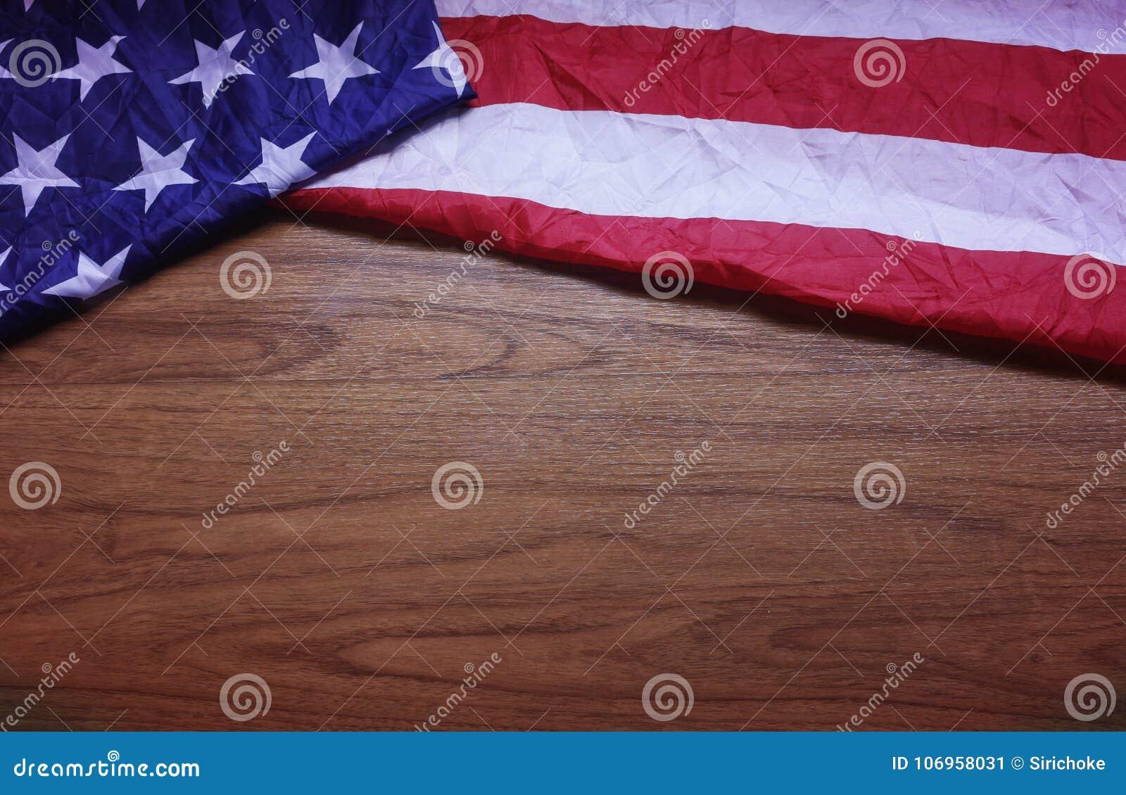 De verknoeide Vlag van de V.S. op Bruine Houten Raadsachtergrond