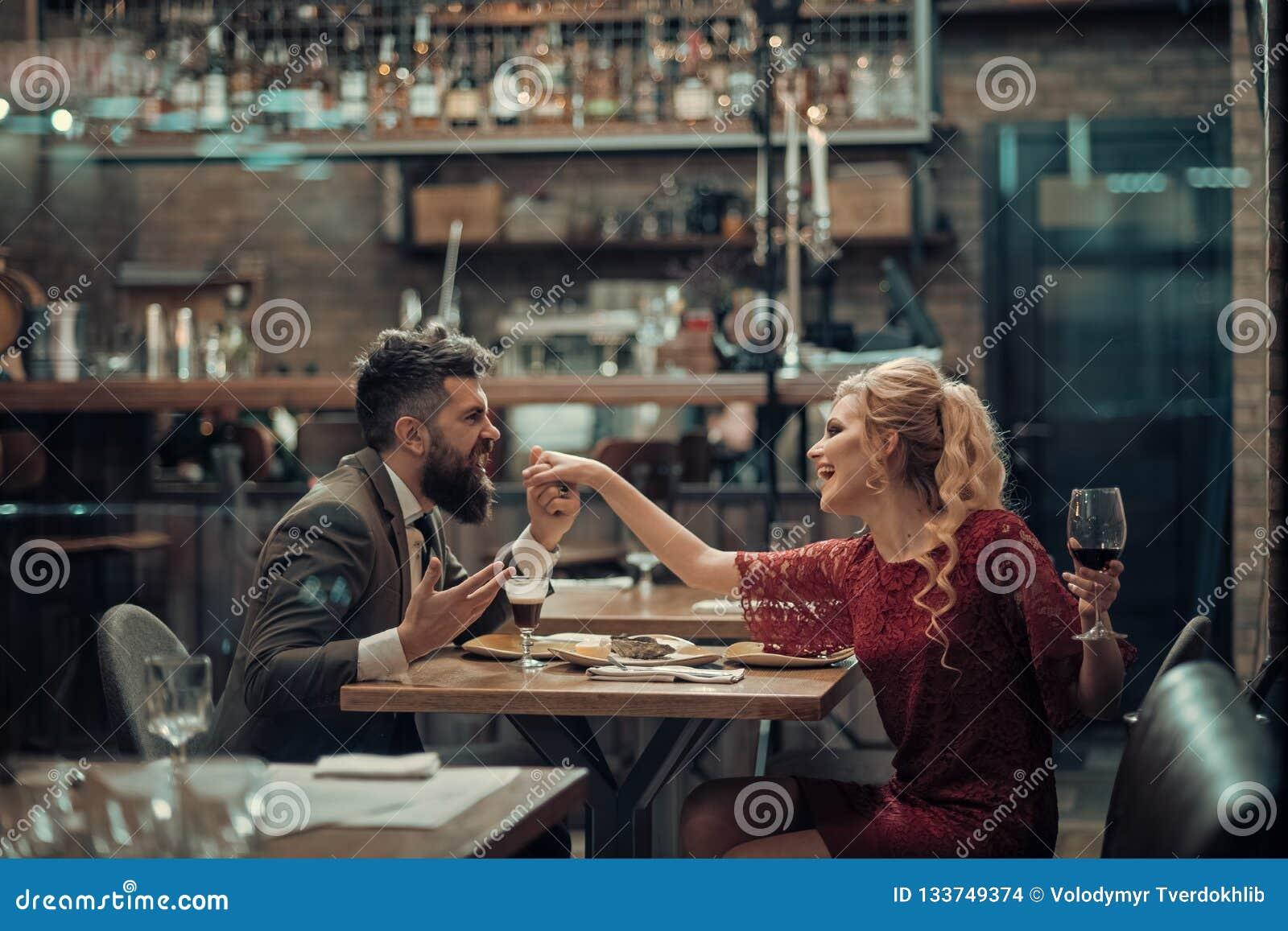 De verleiding van mooie vrouw die haar minnaar met wijnglas bekijken Het hebben van romantische bespreking