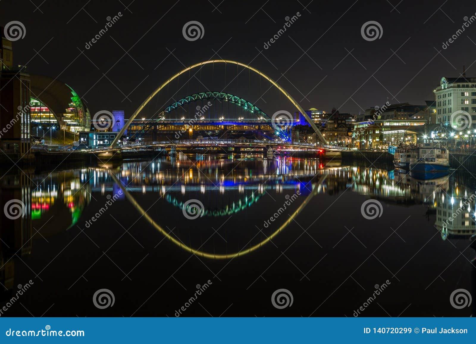De verlichte bruggen van Rivier de Tyne, Newcastle, bij nacht