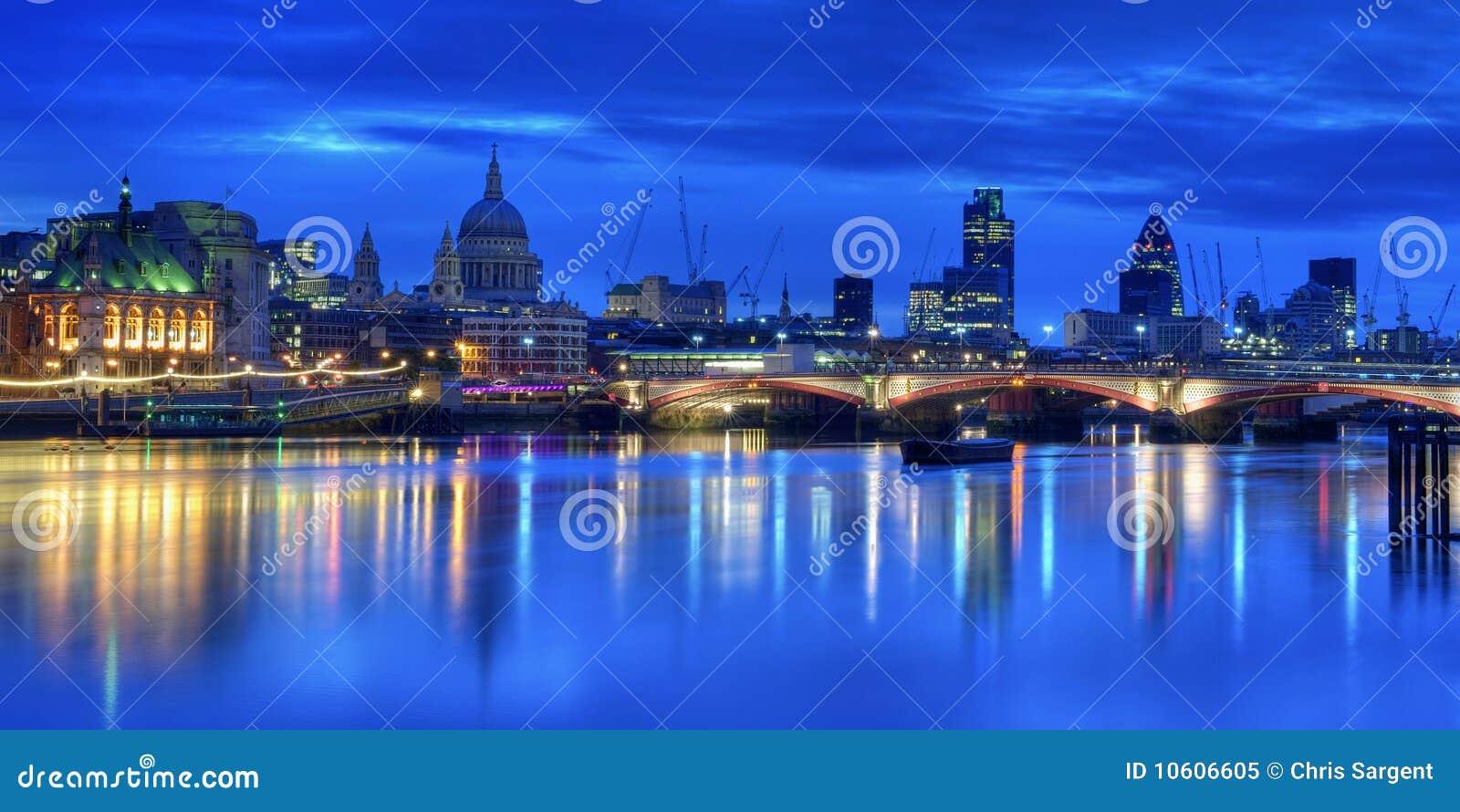 De verlichte horizon van Londen