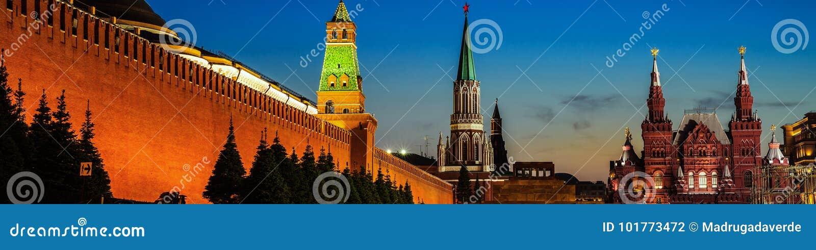 De verlichte muur van het Kremlin in Moskou, Rusland bij nacht