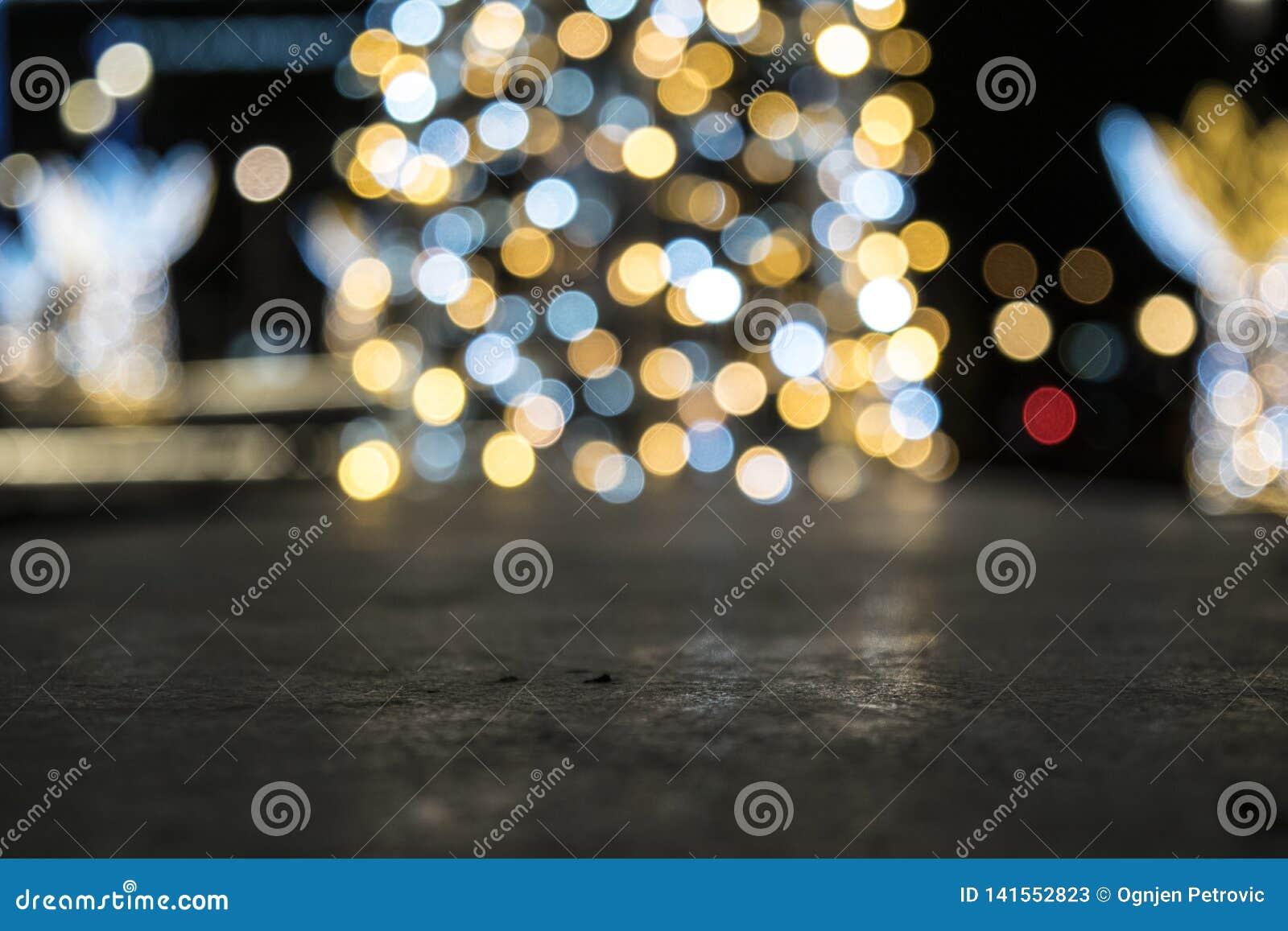 De verlichte Nieuwjaarboom glanst op de achtergrond