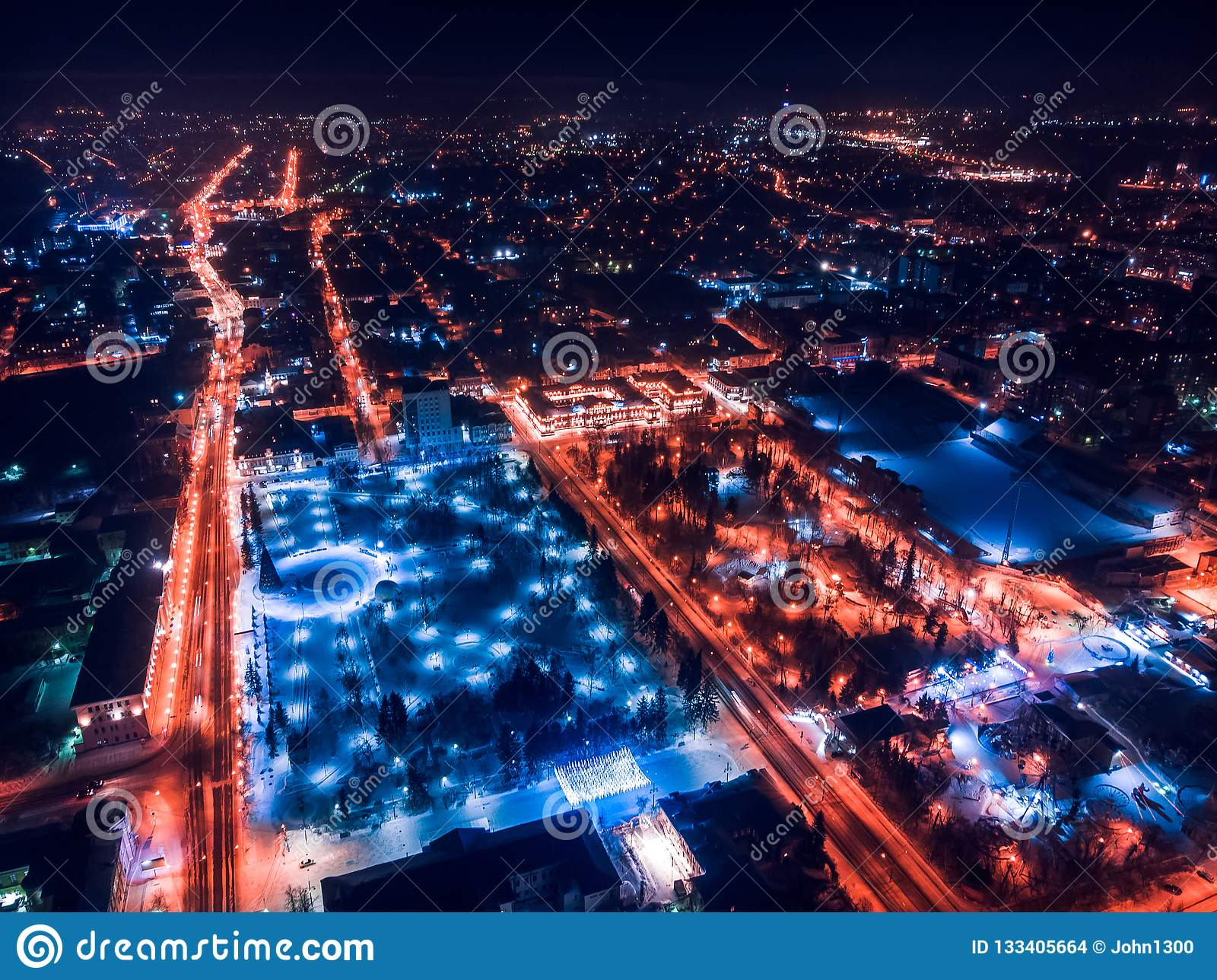 De verlichtingscityscape Siberië, Rusland van Tomsk nigth Tom River