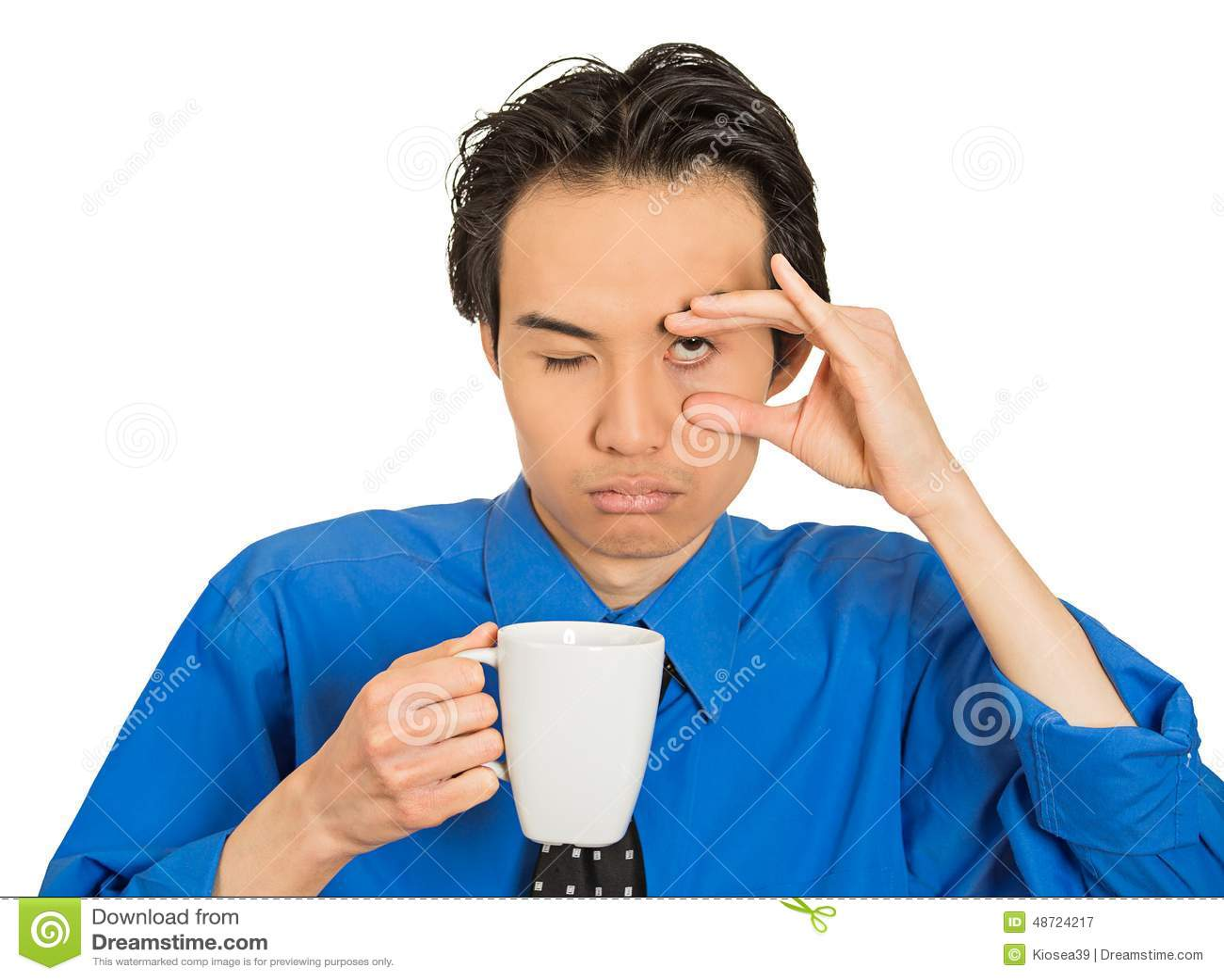 De vermoeide dalende in slaap jonge kop van de zakenmanholding van koffie