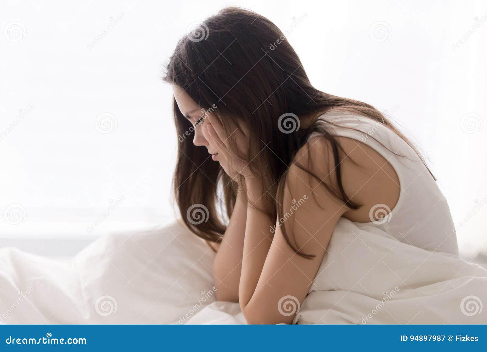 De vermoeide slaperige vrouw probeert om in ochtend te ontwaken