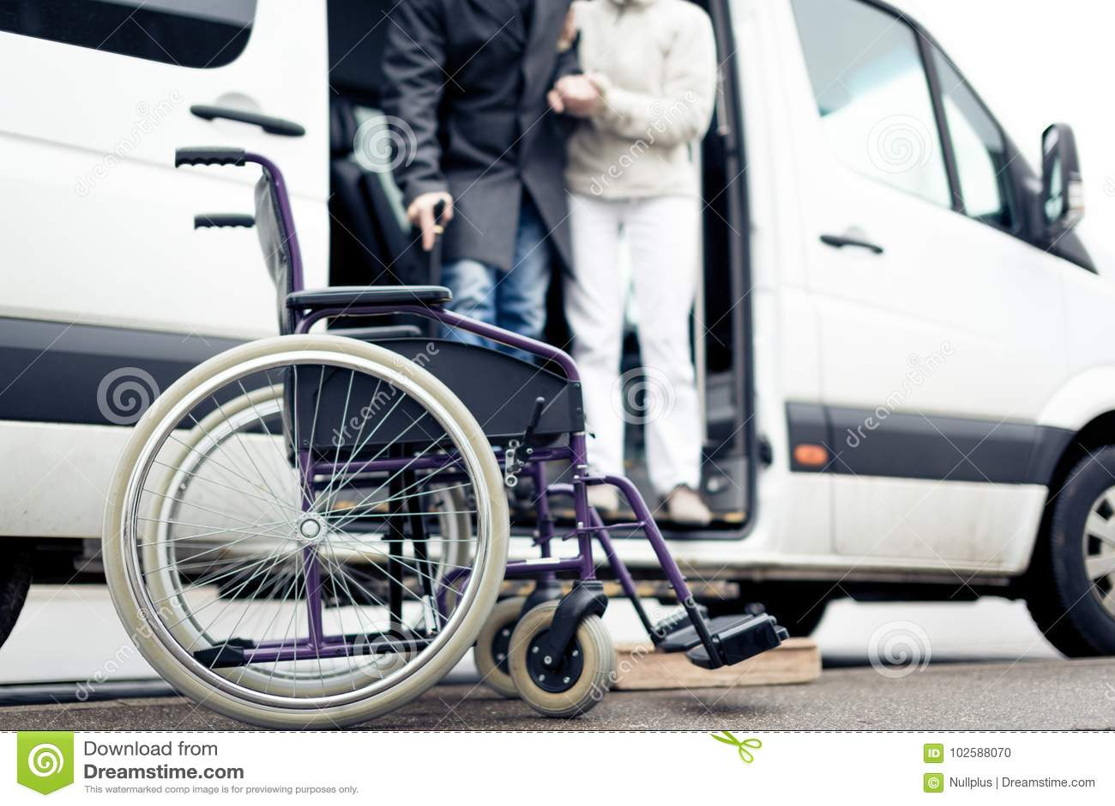 De verpleegster Helping Senior Man gaat een Bestelwagen weg