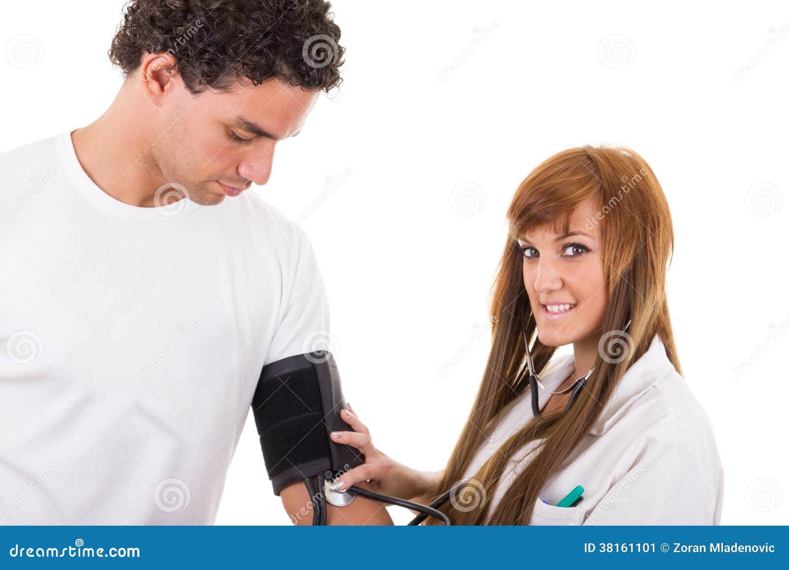 De verpleegster meet de bloeddruk van een patiënt