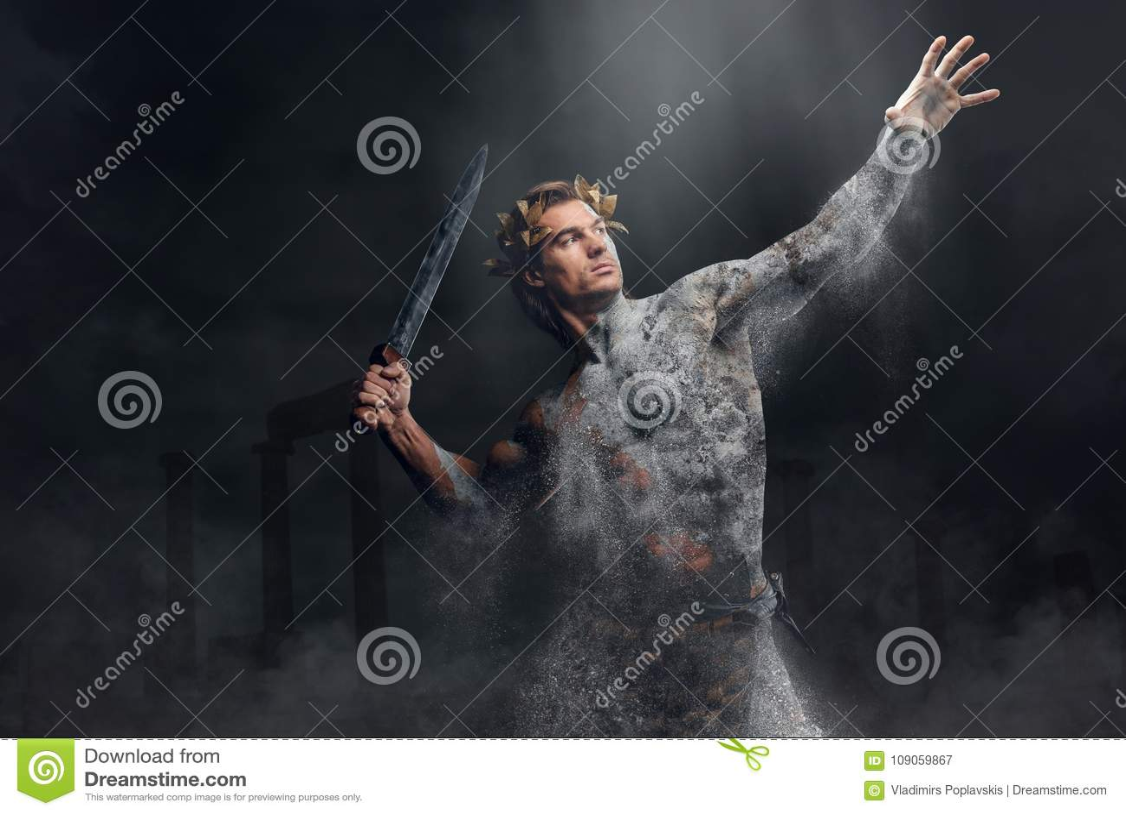 De verpletterende steen menselijke atleet houdt zwaard