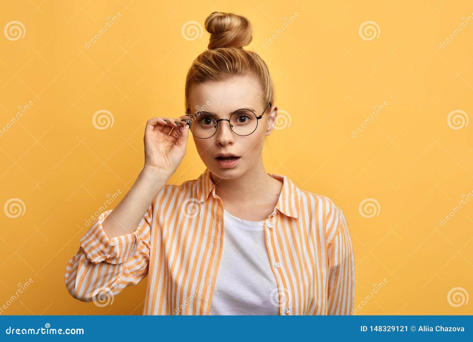 De verraste vrouwelijke student kan niet in iets geloven,