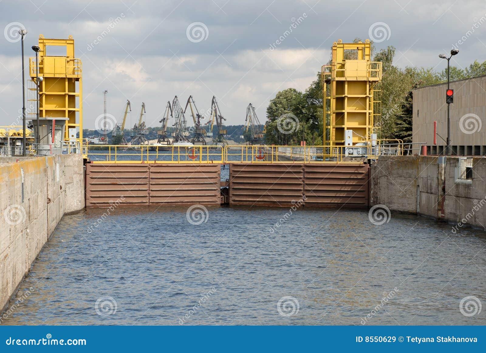De verschepende poorten van het op water van de kamer van het slot royalty vrije stock - Kamer van water ...
