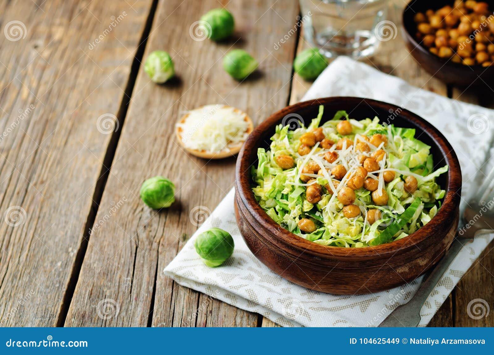 Download De Verscheurde Spruitjes Geroosterde Salade Van De Kekersparmezaanse Kaas Stock Afbeelding - Afbeelding bestaande uit verscheurd, organisch: 104625449