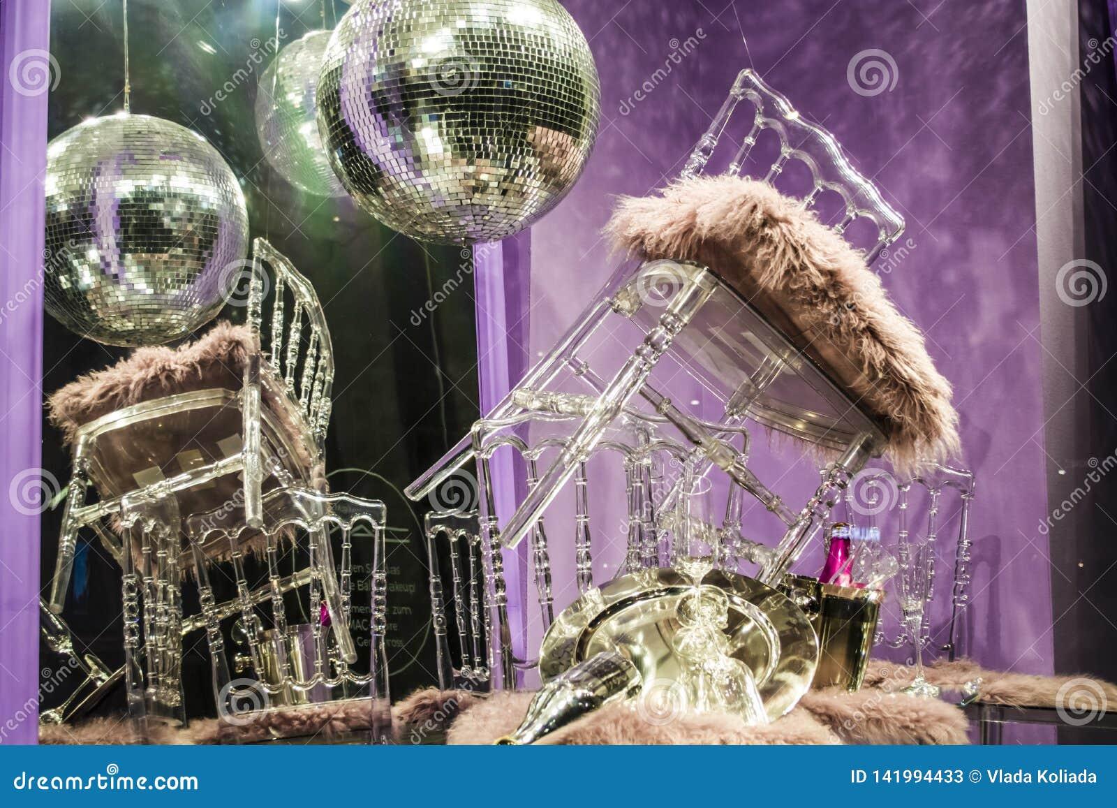 De verspreide stoelen en de glazen, champagneflessen expositie Decoratief show-venster Roze kleuren Ongebruikelijk besluit chaos