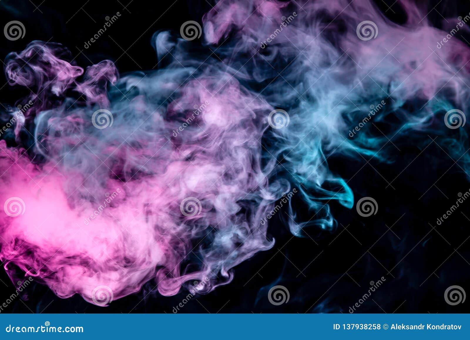 De verspreidende rook op een zwarte achtergrond stroomt regelmatig in het neonlicht van roze viooltje