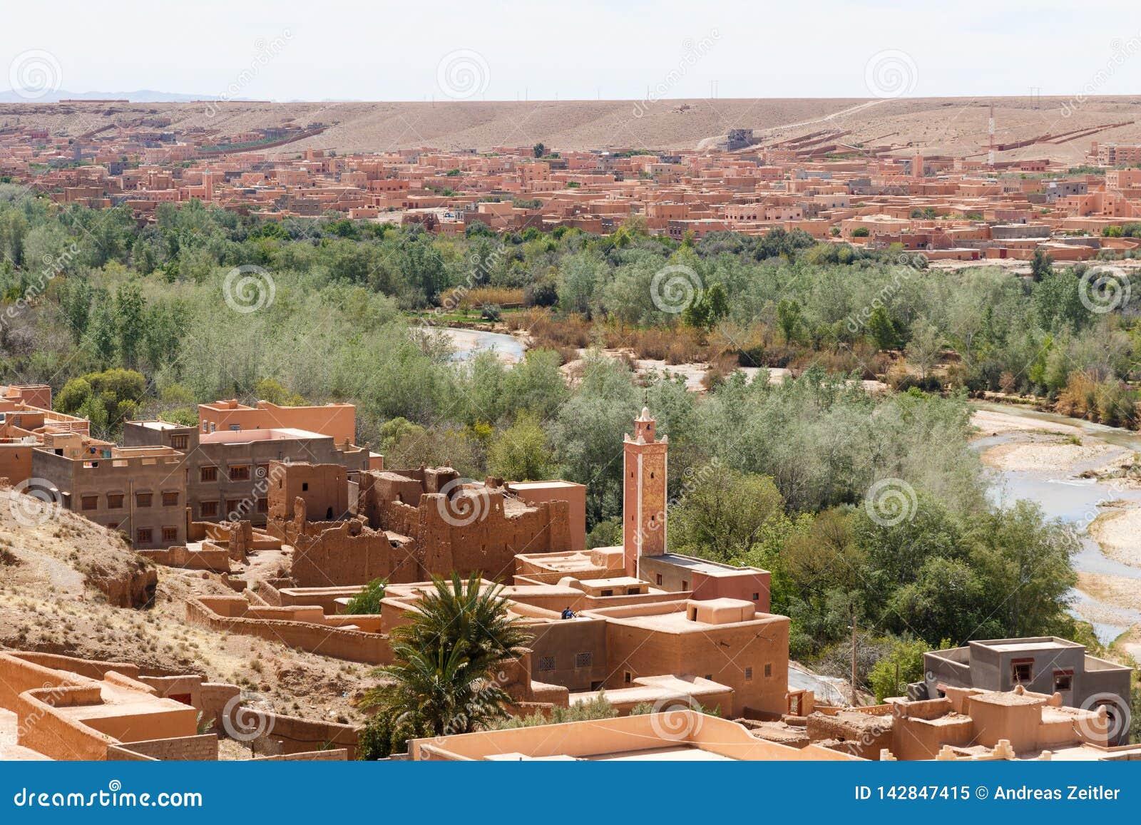 De versterkte stad langs de vroegere caravanroute tussen de Sahara en Marrakech in Marokko met sneeuw behandelde Atlasbergketen